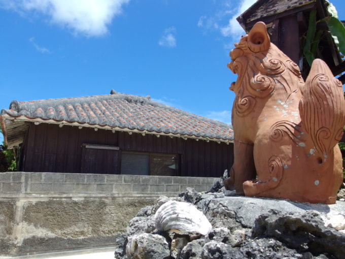 6月下旬人のいない竹富島石垣にお座りするシーサーのかわいい背中