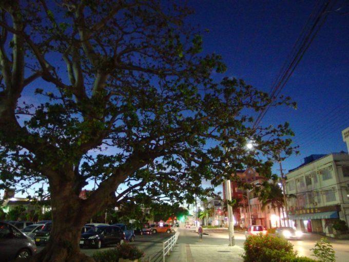 6月下旬人の少ない石垣島お寿司を味わい満足気分で歩く夕闇の街
