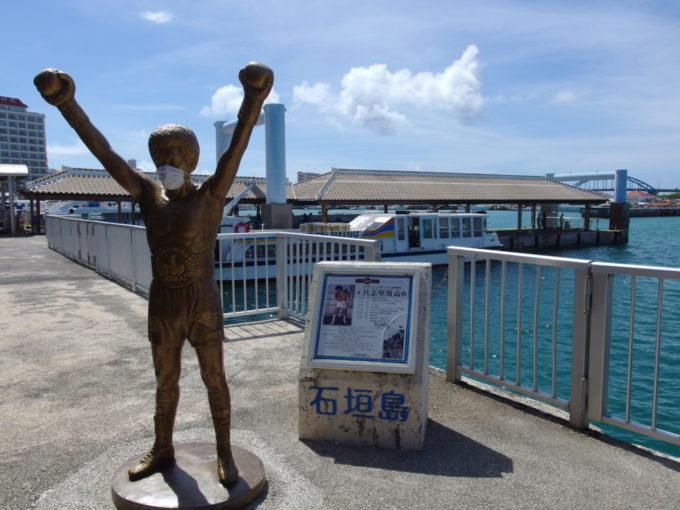 6月下旬人の少ない石垣島離島ターミナルのマスク姿の具志堅さんと八重山観光フェリー
