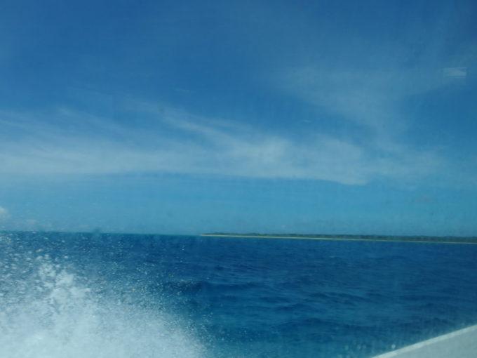 6月下旬人の少ない石垣島八重山観光フェリーの高速船は波しぶきをあげて竹富島へと疾走する