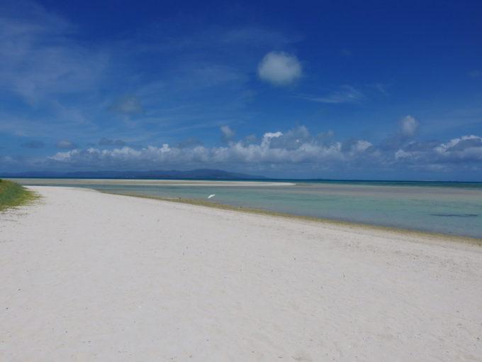 6月下旬人の少ない竹富島浜と海、そして空の境界までも滲むような美しさのコンドイビーチ