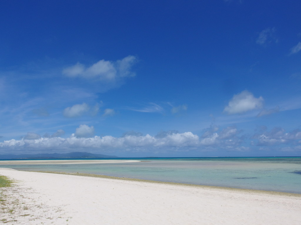 6月下旬人の少ない竹富島みんさー色の海が広がるコンドイビーチ