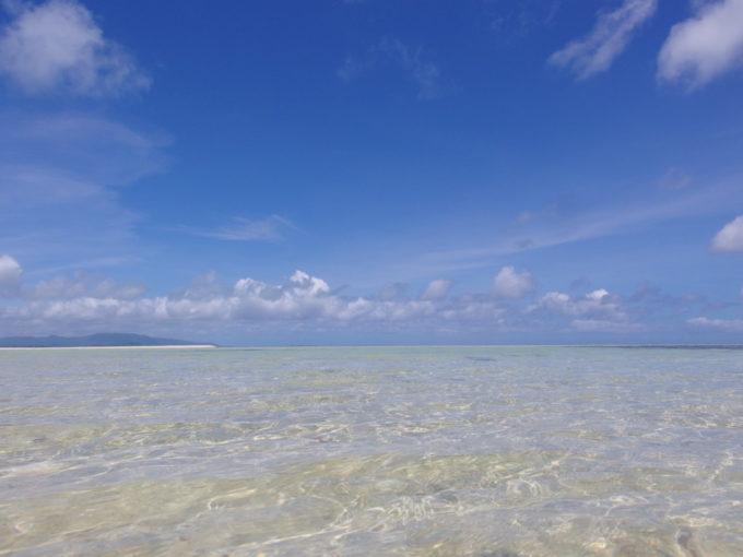 6月下旬人の少ない竹富島透明度抜群のコンドイビーチの海に浸かる