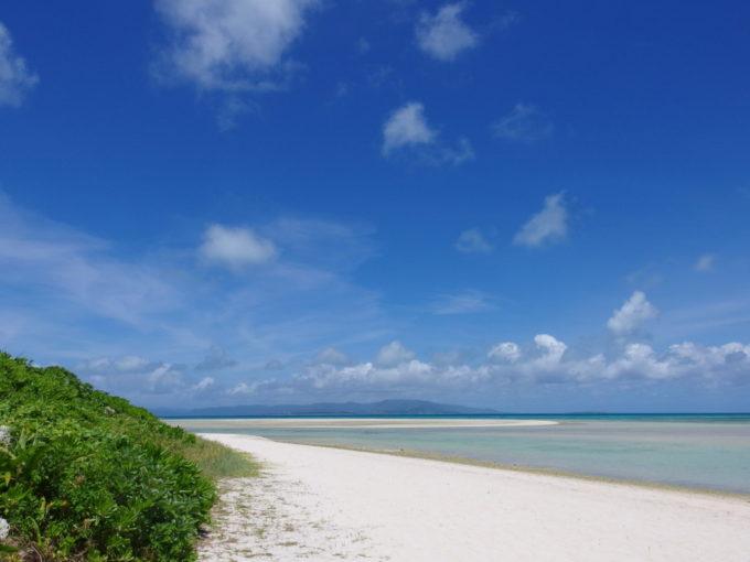 6月下旬人の少ない竹富島海の青さを創り上げる抜けるような青空