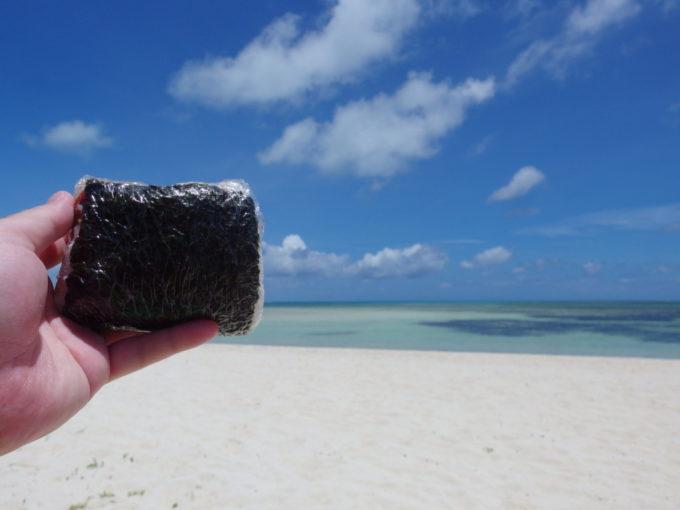 6月下旬人の少ない竹富島青さあふれるコンドイビーチでポーク卵おにぎり