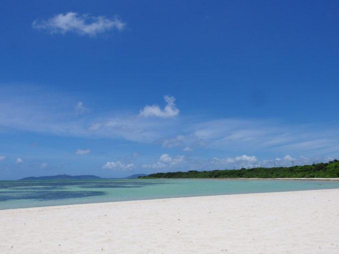 6月下旬人の少ない竹富島遠くに石垣島を望むコンドイビーチ