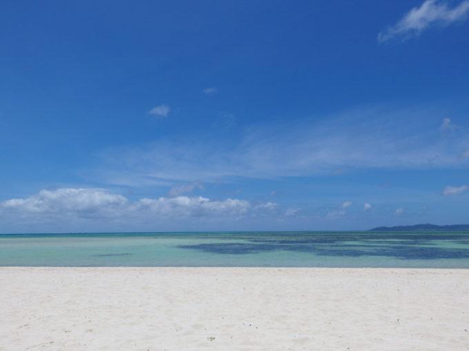 6月下旬人の少ない竹富島白い砂浜と青い海の対比が美しいコンドイビーチ