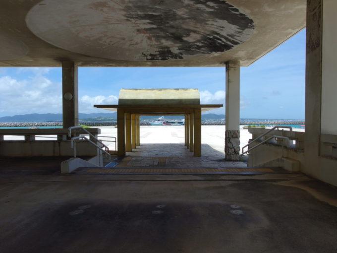 6月下旬人の少ない竹富島静かなターミナルの待合所で海を眺める
