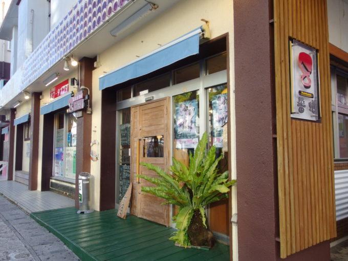 6月下旬人の少ない石垣島繁華街に位置する居酒屋8番地