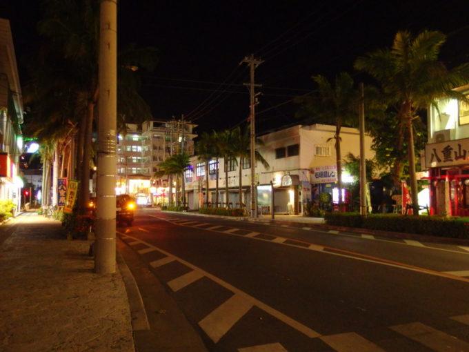 6月下旬人の少ない石垣島誰も歩いていない夜の市街地