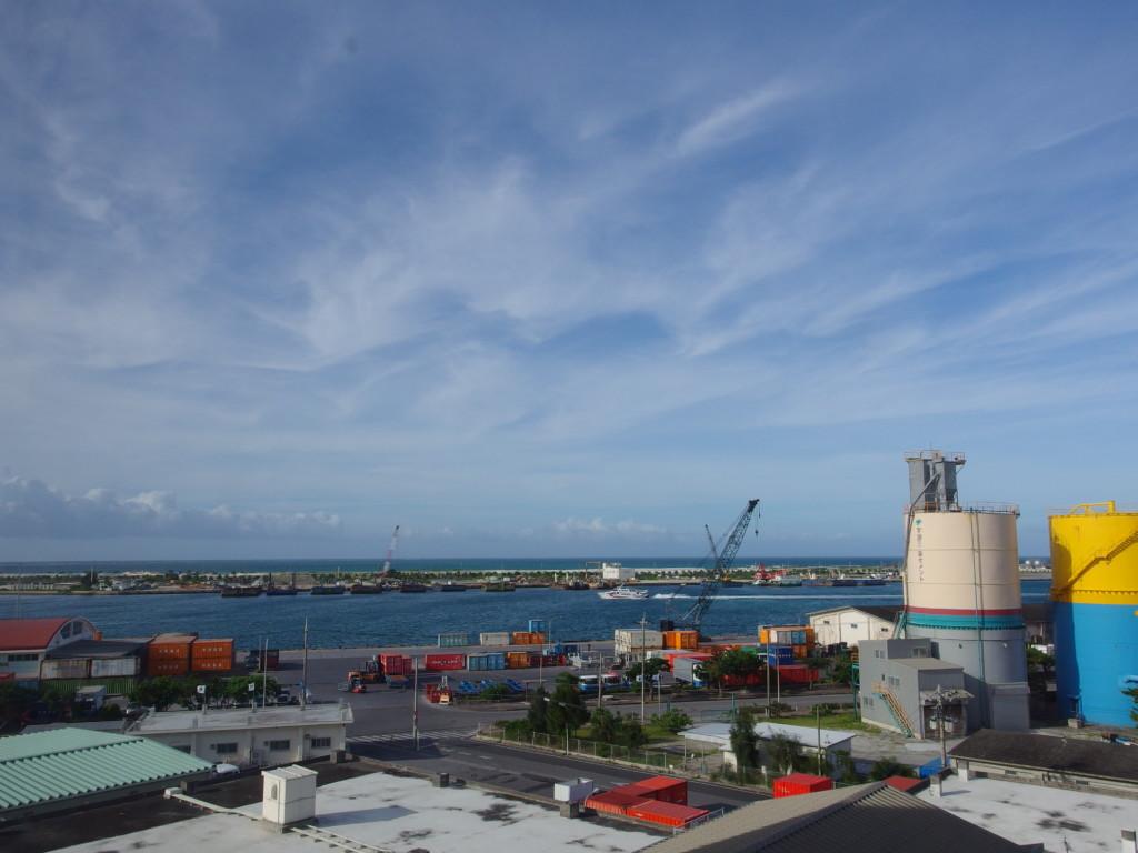 6月下旬人の少ない石垣島ベッセルホテル石垣島で眺める朝の築港