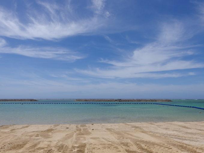 6月下旬人の少ない石垣島ブルドーザーで整備中の真栄里ビーチ