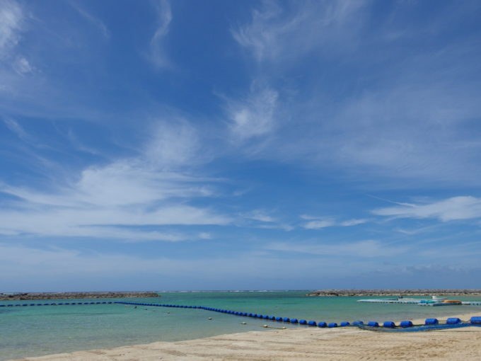6月下旬人の少ない石垣島真栄里ビーチで浴びるマリンブルー