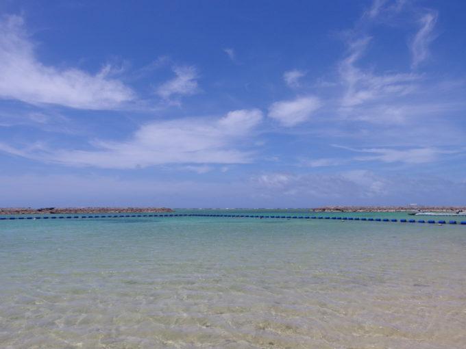 6月下旬人の少ない石垣島整備中の真栄里ビーチも海はきれいな青さ