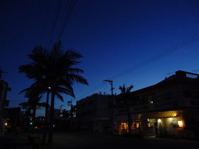 6月下旬人の少ない石垣島夕暮れの街を歩く帰り道