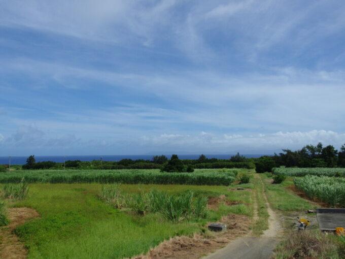 6月下旬人の少ない有人島日本最南端波照間島琉球王朝時代の火番所コート盛頂上から海と西表島を望む