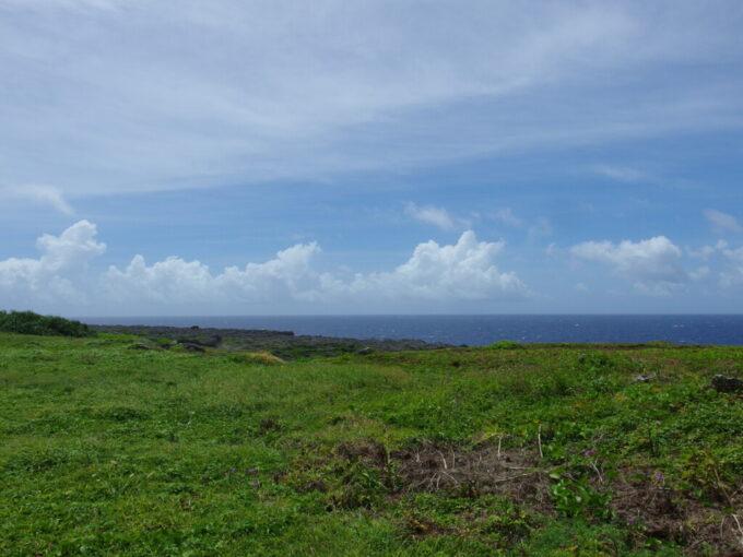 6月下旬人の少ない有人島日本最南端波照間島絶海の孤島を思わせる断崖絶壁と青い海