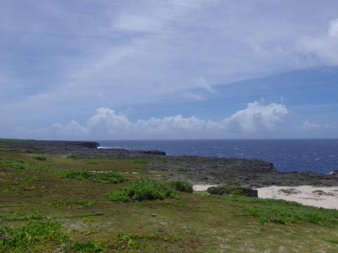 6月下旬人の少ない有人島日本最南端波照間島延々と断崖絶壁の続く高那崎