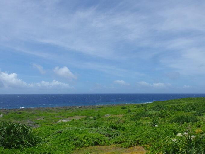 6月下旬人の少ない有人島日本最南端波照間島最南端之碑から望む深い青さを湛える海