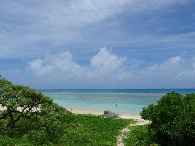 6月下旬人の少ない有人島日本最南端波照間島藪の小径を抜けニシ浜の海へと近づく