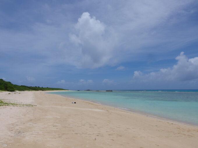 6月下旬人の少ない有人島砂浜と波照間ブルーの海の対比が美しいニシ浜