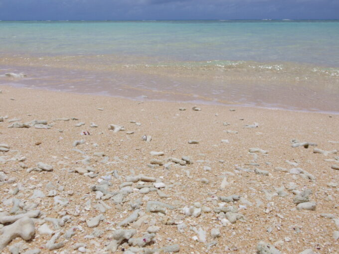 6月下旬人の少ない有人島日本最南端波照間島独特の色味を持つニシ浜の砂