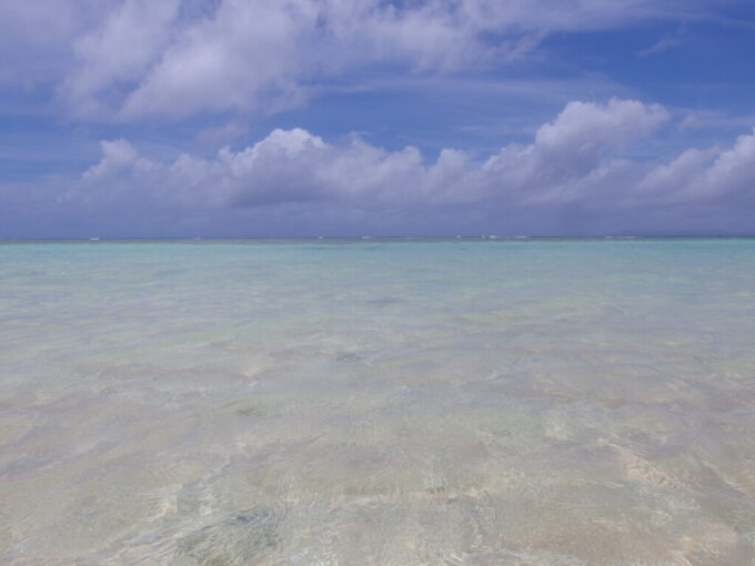 6月下旬人の少ない有人島日本最南端波照間島抜群の透明度を誇るニシ浜の海
