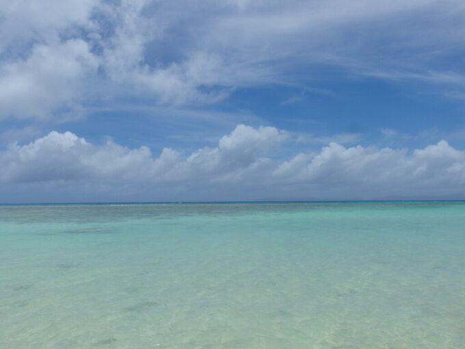 6月下旬人の少ない有人島日本最南端波照間島波照間ブルーのニシ浜の海に入る