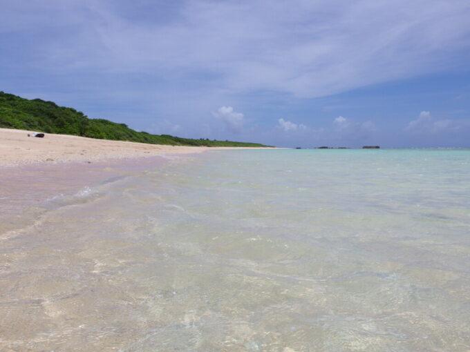 6月下旬人の少ない有人島日本最南端波照間島ニシ浜で波に揺蕩う究極の贅沢