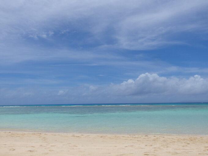 6月下旬人の少ない有人島日本最南端波照間島様々な青さの帯で構成されるニシ浜の海