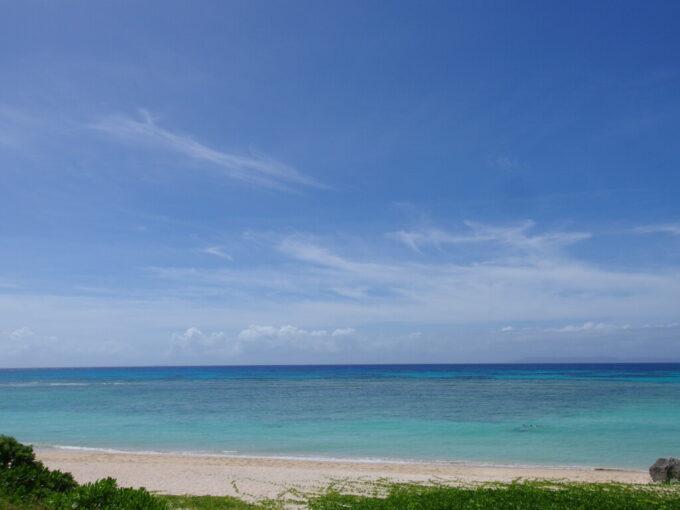 6月下旬人の少ない有人島日本最南端波照間島ニシ浜の東屋から望む鮮烈な波照間ブルー