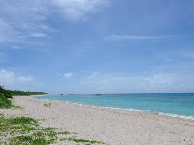 6月下旬人の少ない有人島日本最南端波照間島潮が満ちはじめ青さが増すニシ浜の海