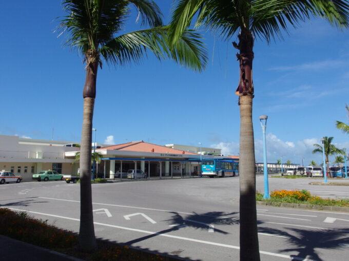 6月下旬人の少ない石垣島爽快な青空の下佇む石垣港離島ターミナル