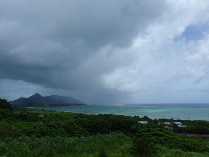 6月下旬人の少ない石垣島雨に煙る玉取崎