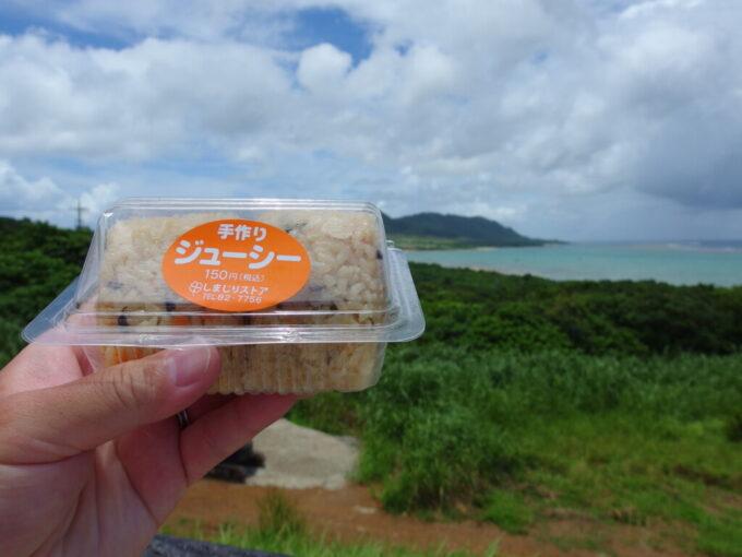 6月下旬人の少ない石垣島玉取崎駐車場のベンチで海を見ながジューシーおにぎりを食べる