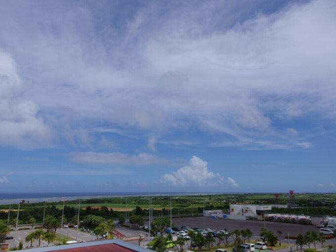 6月下旬人の少ない石垣島南ぬ島石垣空港の展望デッキから最後の海を望む