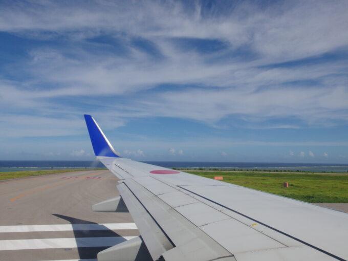 6月下旬人の少ない石垣島南ぬ島石垣空港青い海の見える滑走路