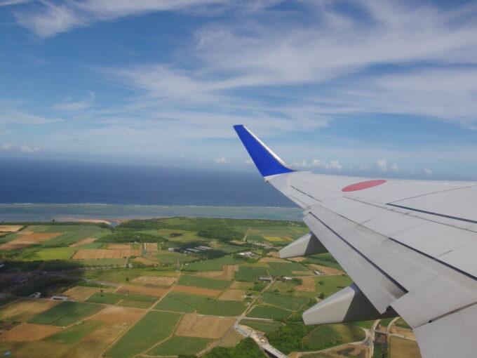 離陸するANA737より眼下に広がる石垣島に別れを告げる