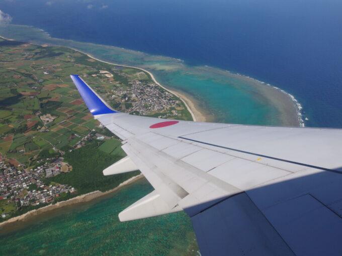 旋回するANA737型機から石垣島と珊瑚礁に別れを告げる