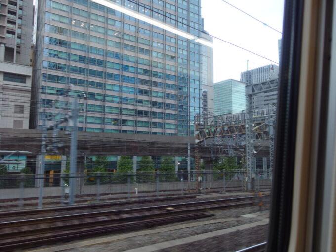 E7系あさまは長野へとむけて東京駅を静かに発車