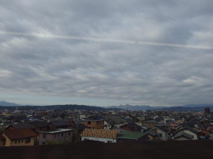 あさま号車窓から眺める曇天の秋の高崎
