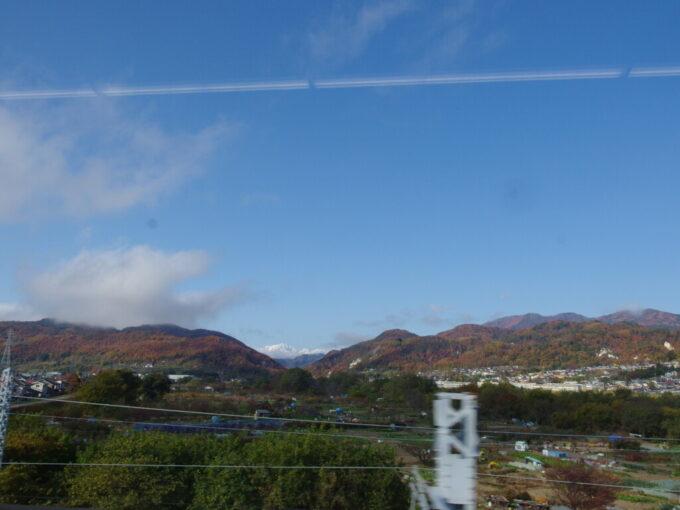 E7系あさま車窓から眺める秋色の山と銀嶺