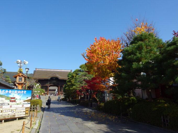 11月中旬の長野朝の静かな善光寺参道