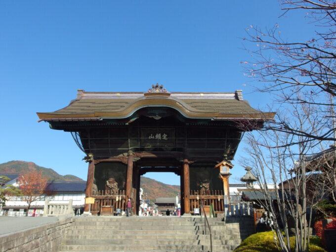 11月中旬信州善光寺秋色の山並みを背負う仁王門