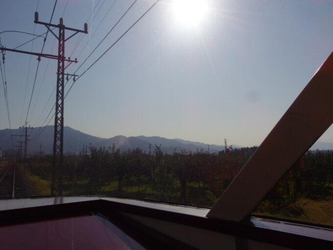 11月中旬秋の陽ざしが溢れる長電ゆけむり号の展望席