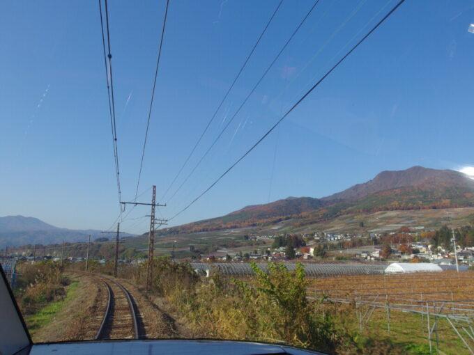 11月中旬秋色の中勾配に挑む長電ゆけむり号の展望席車窓