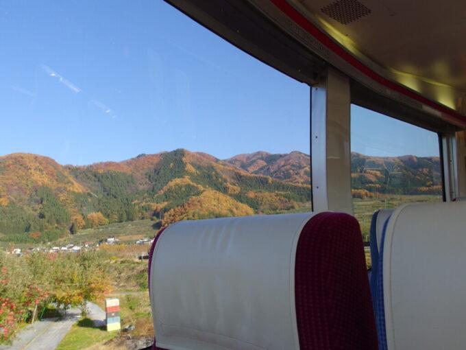 11月中旬長野電鉄ゆけむり号後展望の窓一杯に広がる秋景色