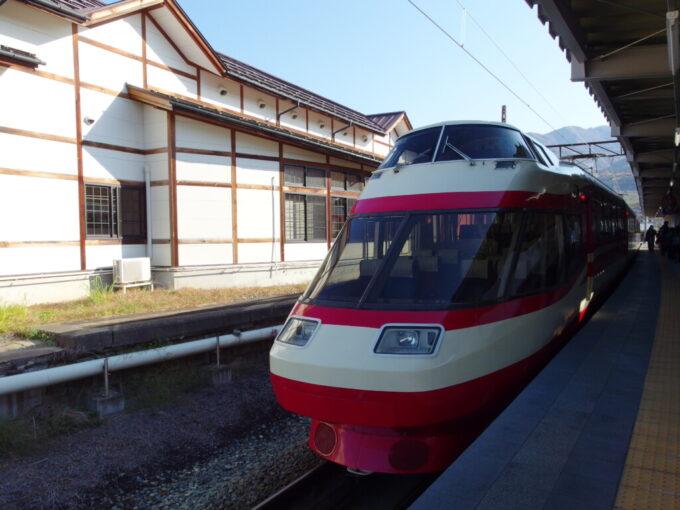 11月中旬長野電鉄湯田中駅旧駅舎と元ロマンスカーゆけむり号
