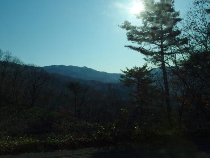 11月中旬秋の志賀草津高原ルート長電バスは高原を目指し高度を上げる