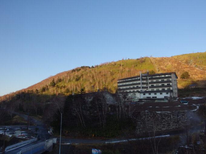 11月中旬熊の湯ホテルから眺める西日に染まる山